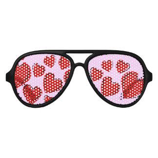 Corazones rojos del amor en rosa gafas de fiesta