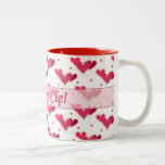 Corazones rojos del amor polaco en la taza blanca