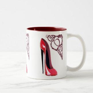 Corazones rojos del zapato y del remolino del esti tazas de café