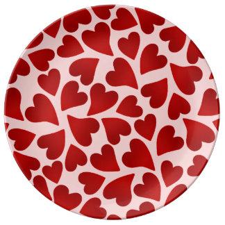 Corazones rojos dulces en día de San Valentín Platos De Cerámica