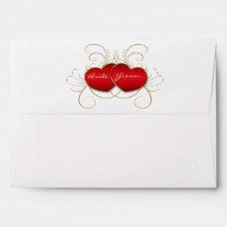 Corazones rojos elegantes que casan la tarjeta de sobre
