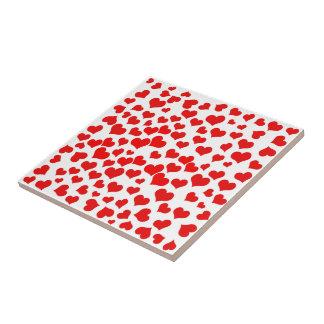 Corazones rojos en espacio en blanco (añada el teja cerámica