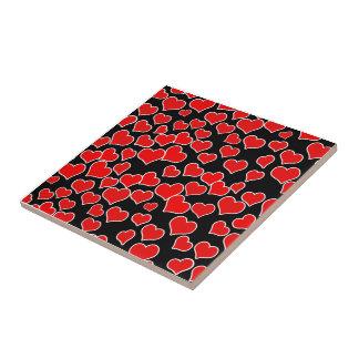 Corazones rojos en fondo negro azulejos cerámicos