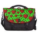 Corazones rojos en fondo verde bolsas de portatil