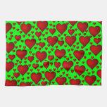 Corazones rojos en fondo verde toalla de mano