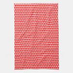 Corazones rojos en la toalla de plato blanca