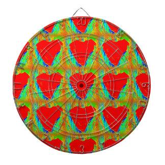 corazones rojos en tablero de dardo verde tablero dardos