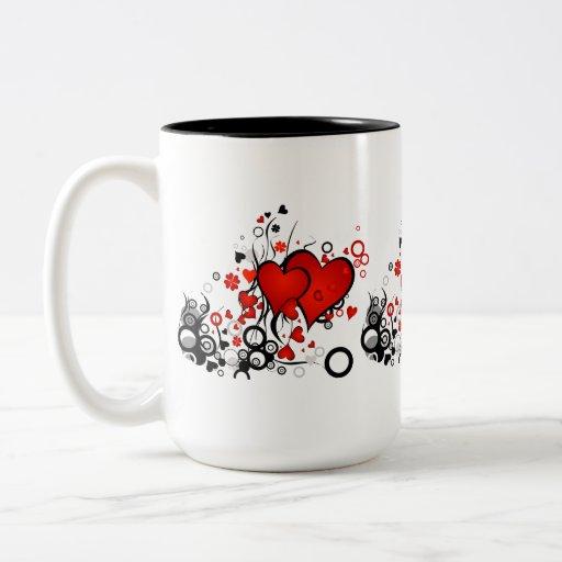 Corazones rojos flotantes tazas de café