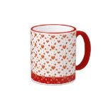 Corazones rojos minúsculos taza de café