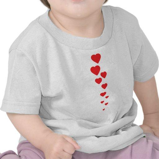corazones rojos que vuelan al icono del cielo camiseta