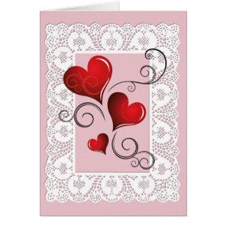 Corazones rojos y tarjeta blanca de la tarjeta del