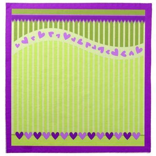 Corazones románticos de la lila sobre fondo rayado servilleta imprimida