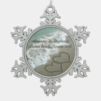Corazones románticos en el ornamento del navidad adorno de peltre en forma de copo de nieve