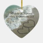 Corazones románticos en el ornamento del navidad adornos