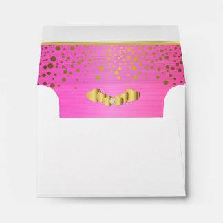 Corazones rosados alineados del confeti y del sobres