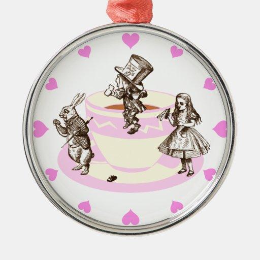 Corazones rosados alrededor de una fiesta del té adorno redondo plateado