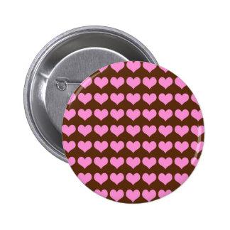 Corazones rosados coloridos en fondo marrón pin redondo 5 cm