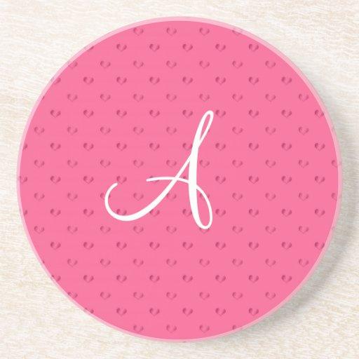 Corazones rosados del lunar del monograma posavaso para bebida