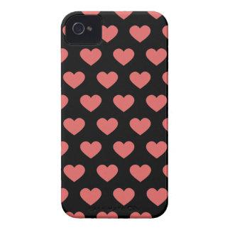 Corazones rosados oscuros del lunar (fondo negro) iPhone 4 coberturas