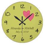 Corazones rosados personalizados que casan la fech reloj de pared