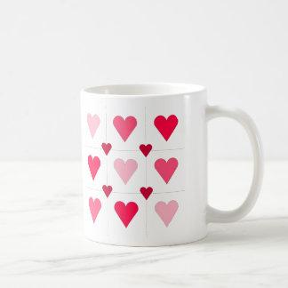 Corazones rosados taza básica blanca