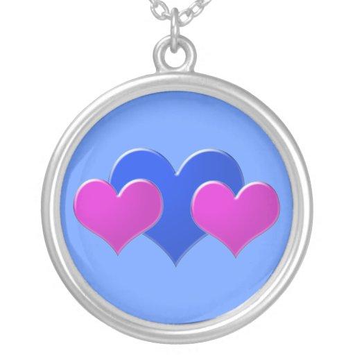 Corazones rosados y azules en azul colgante redondo