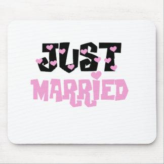 Corazones rosados y negros apenas casados alfombrilla de raton