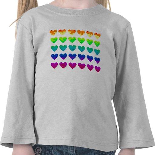 Corazones salvajes lindos del arco iris en el camiseta