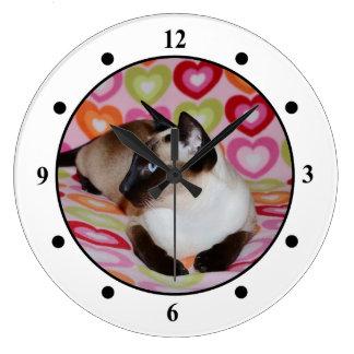 Corazones soñadores del gato siamés reloj redondo grande