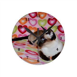 Corazones soñadores del gato siamés reloj redondo mediano