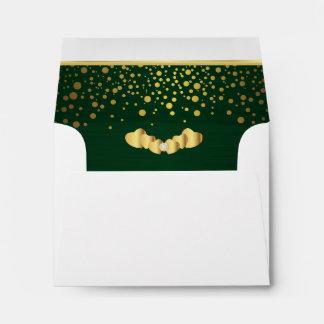 Corazones verde oscuro alineados del confeti y del sobres