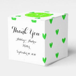 Corazones verdes claros del brillo con el caja para regalos