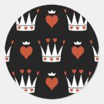 Corazones y adorno de las coronas etiqueta redonda