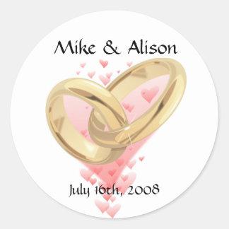 Corazones y anillos de oro rosados que casan a los pegatinas redondas