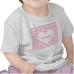 Corazones y camiseta del bebé del rosa en colores