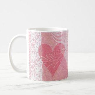Corazones y cordón rosados vivos fuertes vivos taza de café