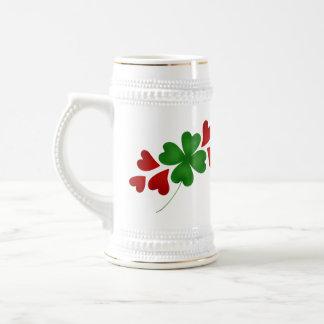 Corazones y día del St Patricks de los tréboles Jarra De Cerveza