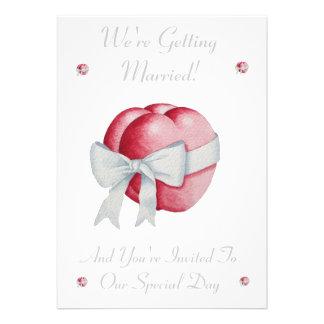 Corazones y invitación rojos románticos del boda d