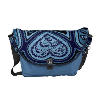 Corazones y la bolsa de mensajero azules del carri bolsas de mensajería