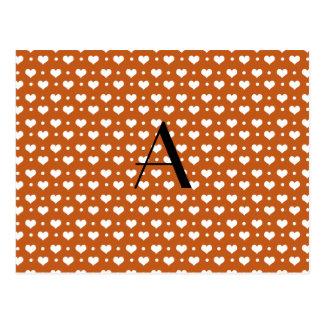 Corazones y puntos anaranjados quemados monograma postal