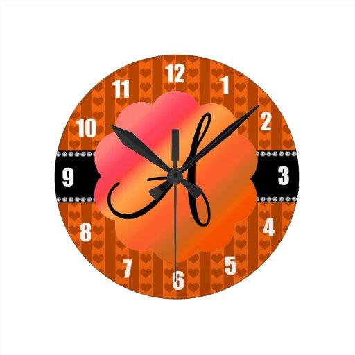 Corazones y rayas anaranjados del monograma reloj