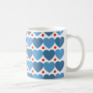 Corazones y taza azules grandes del punto