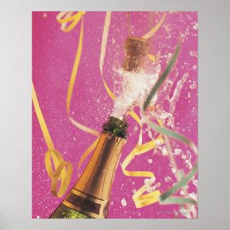 Corcho haciendo estallar en el champán durante la  posters