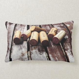 corchos de la botella de vino francés en la madera cojín