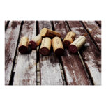 Corchos de la botella de vino francés en la madera impresiones