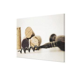 Corchos del vino con el sacacorchos lienzo envuelto para galerías