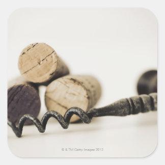 Corchos del vino con el sacacorchos calcomania cuadradas personalizada