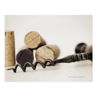 Corchos del vino con el sacacorchos postal