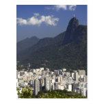 Corcovado que pasa por alto Río de Janeiro, el Postal