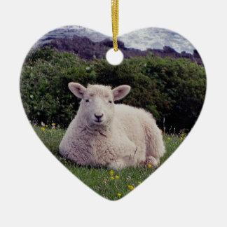 Cordero del sur de Devon que descansa sobre la Adorno Navideño De Cerámica En Forma De Corazón